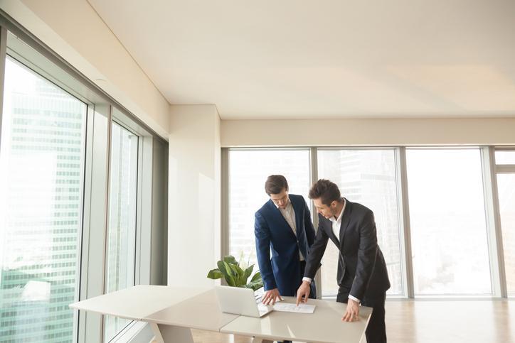 Gewerbeimmobilienmakler berät Kunden